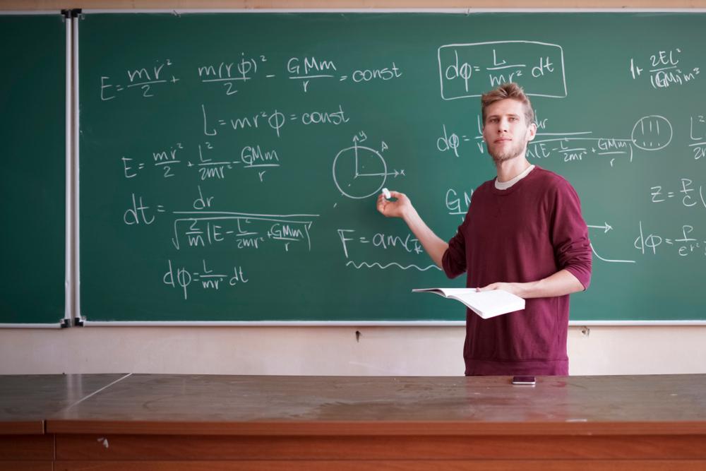 Jovem professor com graduação de Licenciatura em Física