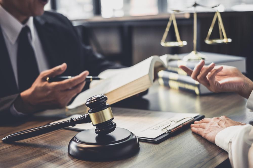 Profissionais do curso de Direito em escritório