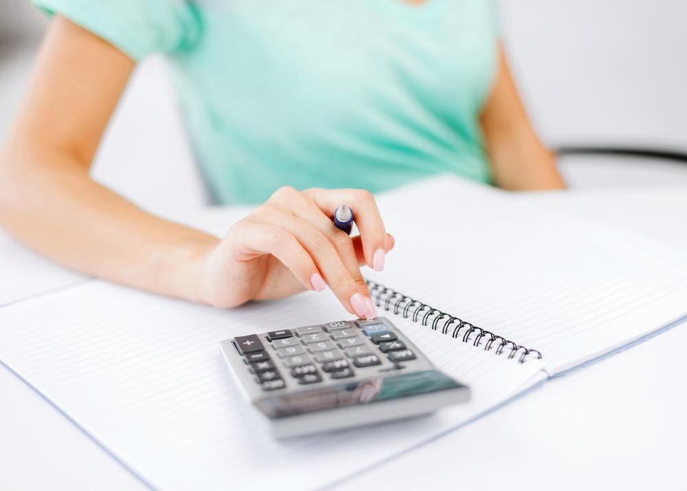 Estudante fazendo as contas para poder pagar a faculdade