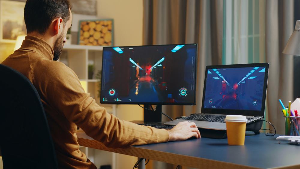 Profissional graduado de um curso em Jogos Digitais testando um jogo