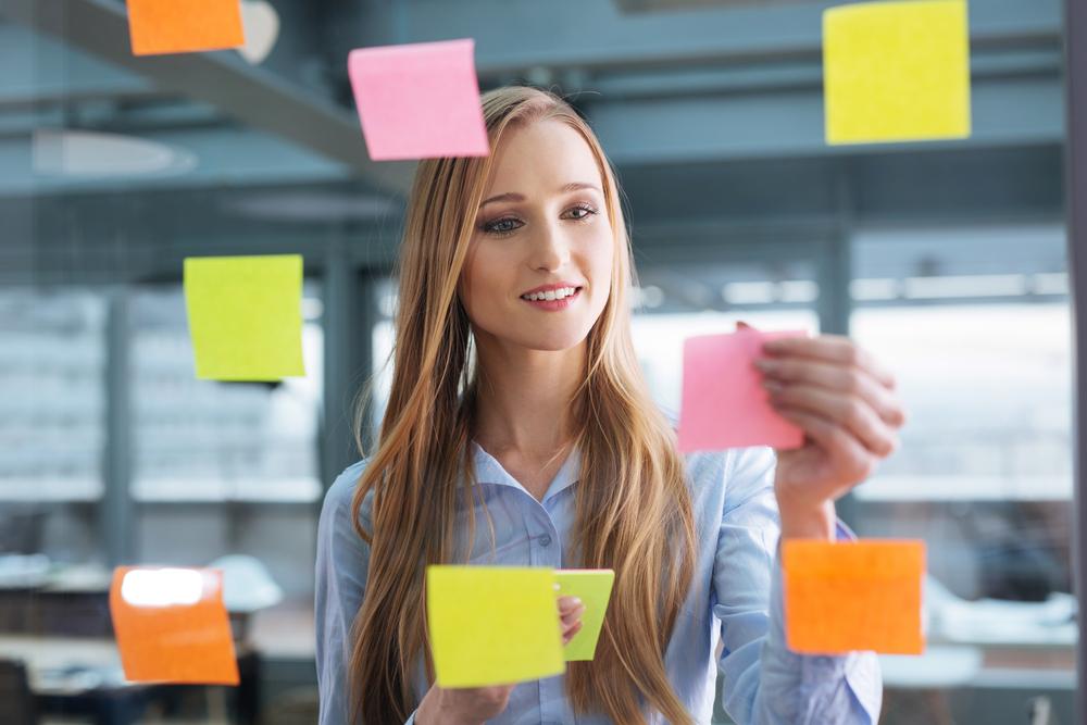 Garota fazendo um plano de carreira para alcançar o crescimento profissional