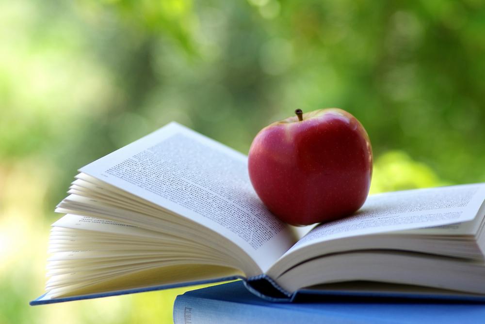 Livro de Nutrição com uma maçã