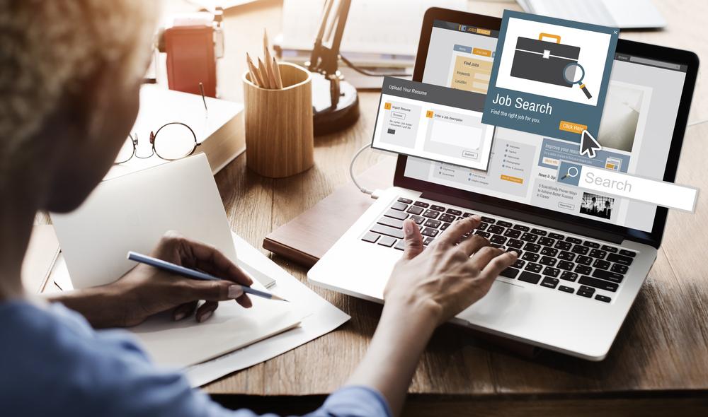 Mulher em seu computador laptop tentando procurar emprego