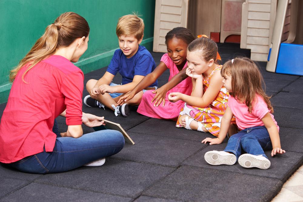 Profissional formada em curso de Pedagogia atuando junto de crianças