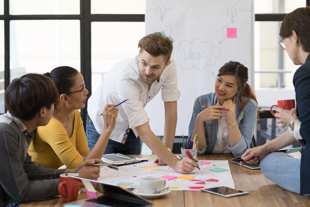 Profissionais graduados na área do Marketing durante trabalho