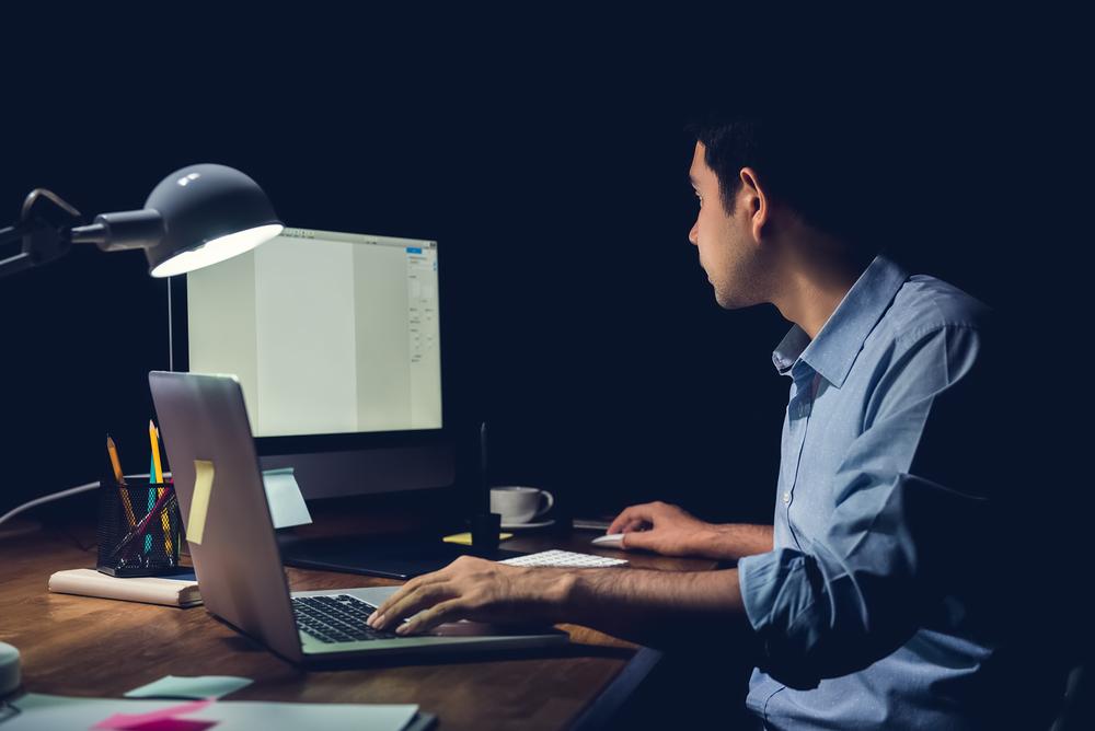 Jovem procurando conciliar trabalho e estudo