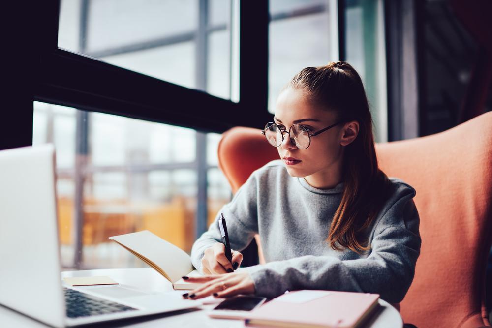 Estudante procurando saber mais sobre financiamento estudantil